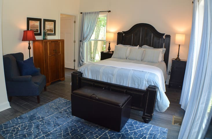 B&B - Azalea Room / Queen Bed, Private Bath, ADA