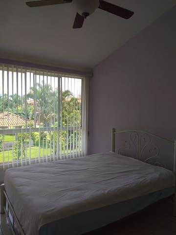 Recamara principal con almohadas ventilador de techo