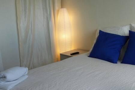 Lovely Bedroom with desktop, close to Paris - Mantes-la-Jolie - 公寓