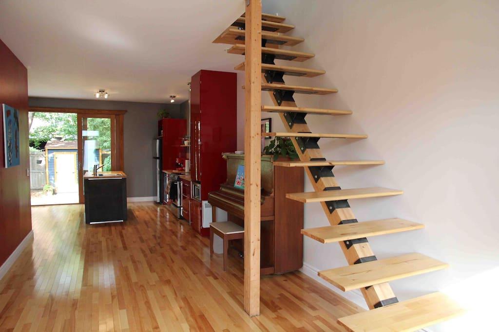 Escalier sans garde-corps moins. Être très prudent avec les jeunes enfants.