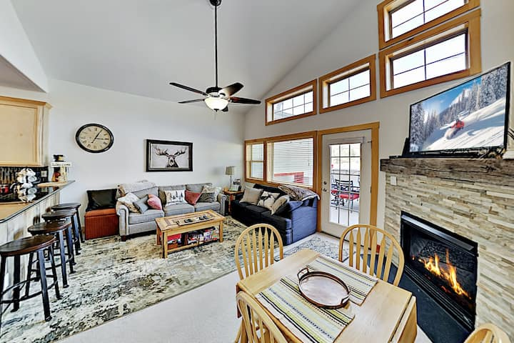 Sunny Spacious Mountain Condo | Fireplace & Deck