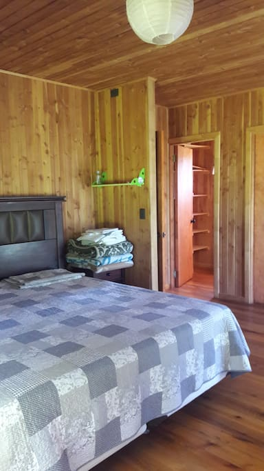 dormitorio cama king, closet y baño