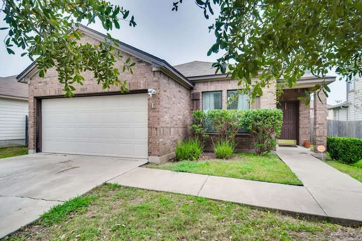 Spacious 3 BR Near ATX Airport, COTA- 10 Min Drive
