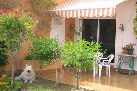 Bonito apartamento con jardín en playa naturista - Вера - Бунгало