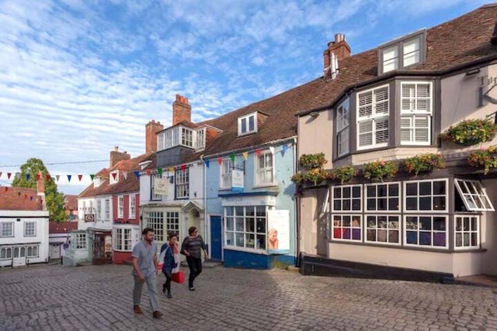 Number Two, lovely holiday home in the heart of Lymington Town