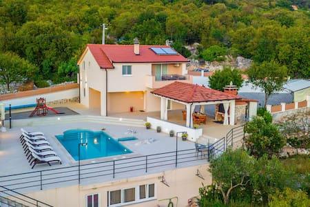 Villa in Omiš inland/4 stars+heated pool