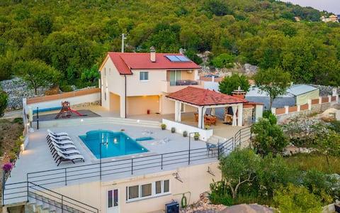 Villa i Omiš innland/4 stjerner+oppvarmet basseng