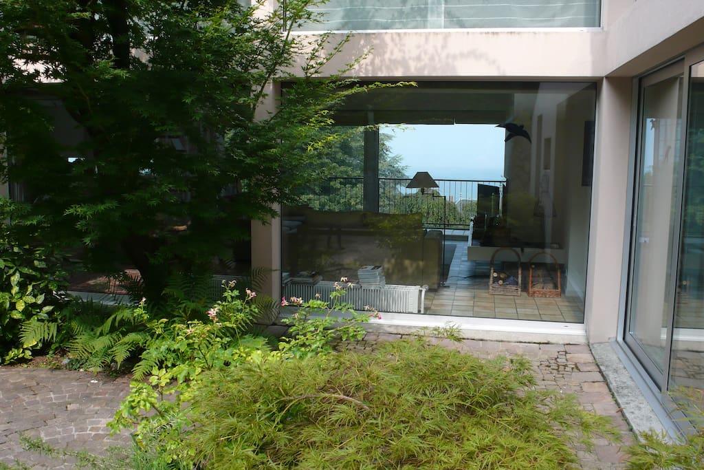 Un patio intérieur vitré laissant entrer la lumière