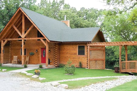 Spacious 2 bedroom cabin close to Branson/Sleeps up to 6