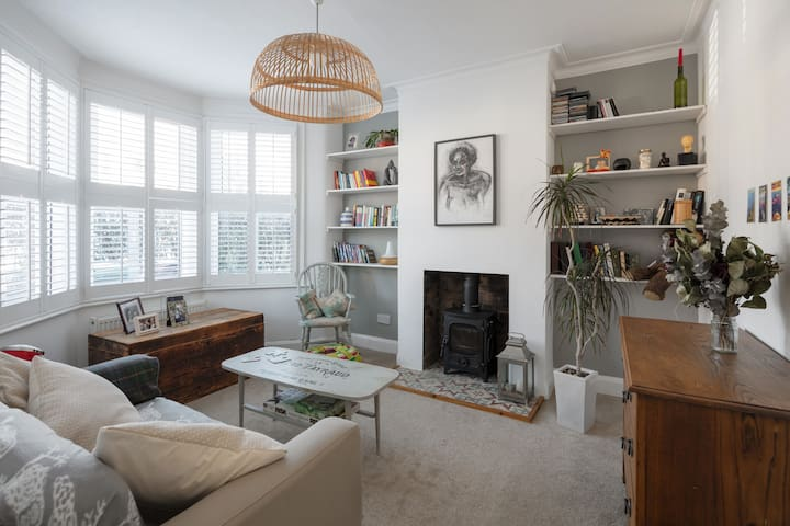 Cosy garden flat close to the tube