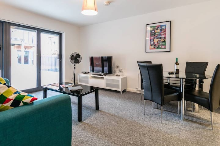 A fantastic apartment in the heart of the City. Wifi + Parking