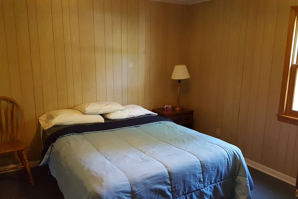 Bedroom with 1 Queen bed