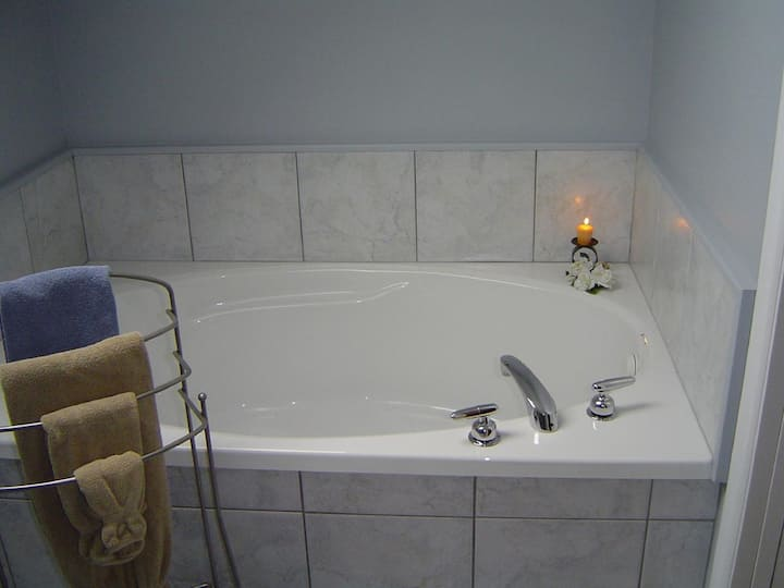 Marley and Me; Bring your Pup!** Jacuzzi Tub Suite