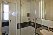 Bad im EG - Dusche und separates WC