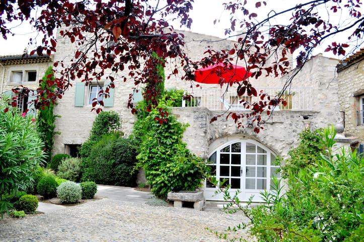 Gîte de charme en Drôme provençale - La Garde-Adhémar - House