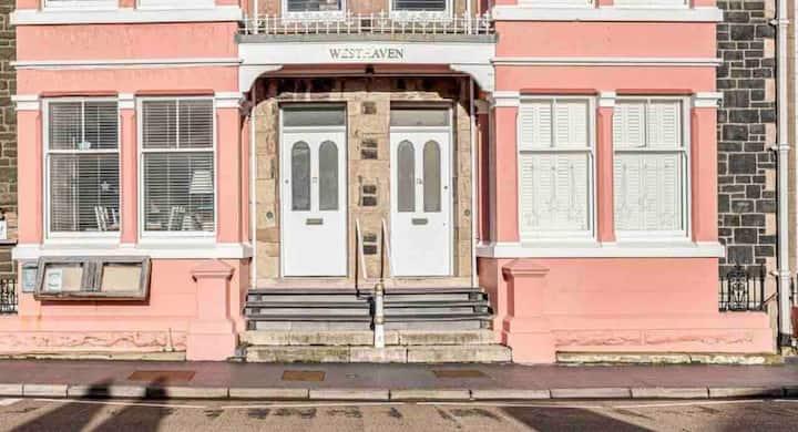 Luxurious Seafront Apartment free parking permit