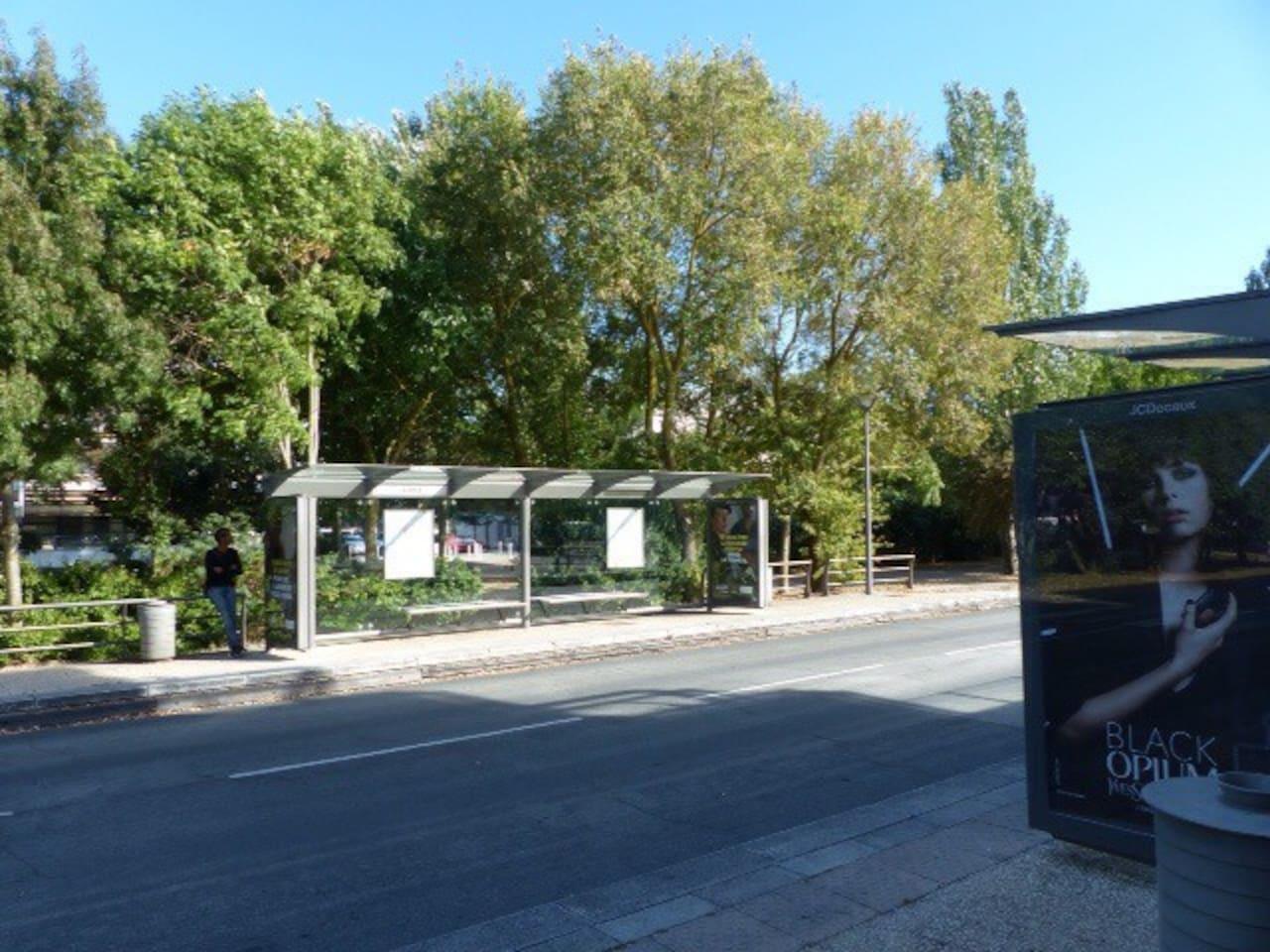 Arrêt de bus avec ligne rapide vers centre ville où la plage