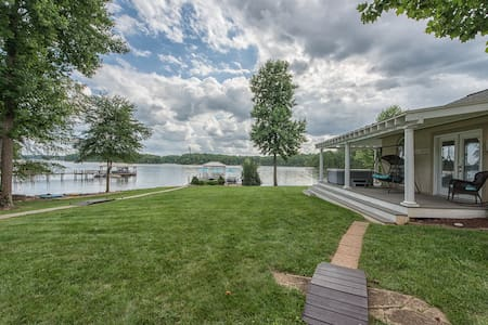 Villa Capri | Ranch style living on LAKE NORMAN! Gorgeous Lake Views - Sleeps 12
