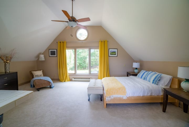 Cozy stay with scenic views on a horse farmette