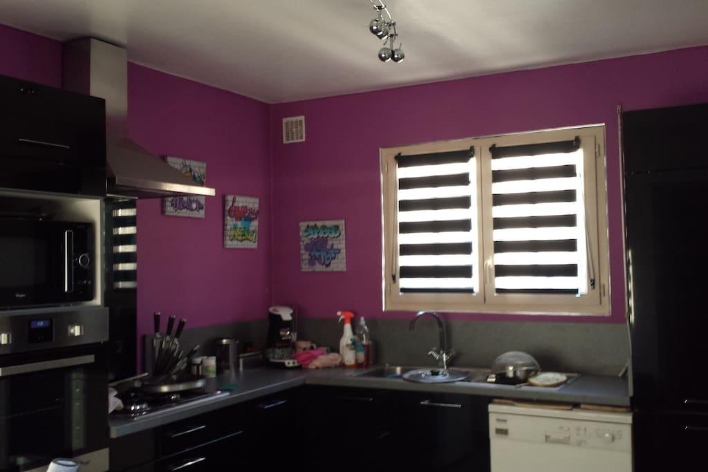 La cuisine équipée avec à votre disposition cafetière, micro-onde, lave-vaisselle, four...