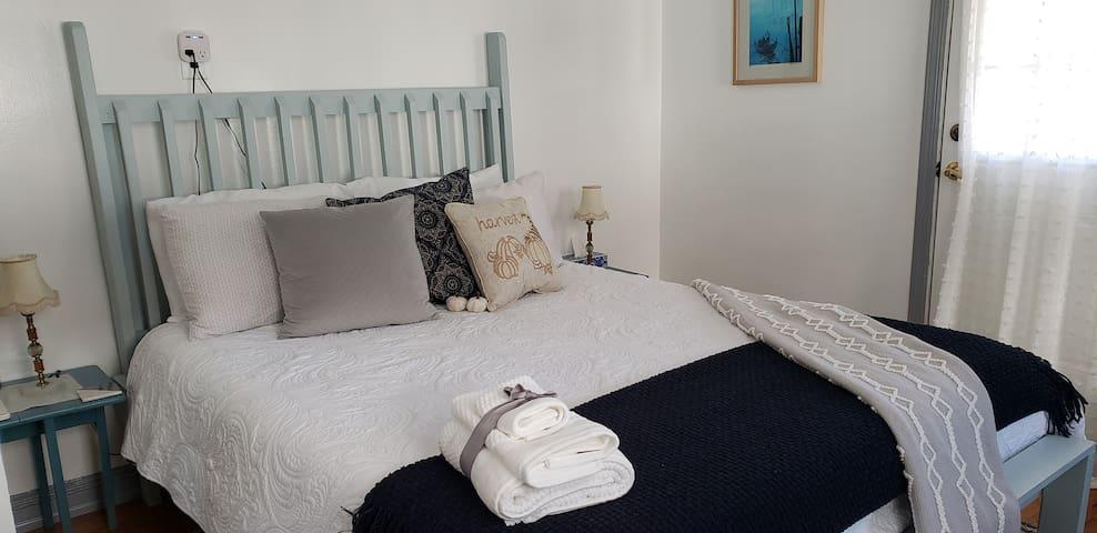 Queen bed near JFK, LGA & St. John's University