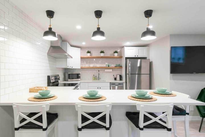Sparkling clean luxury suite near UofC+FMC+ACH+COP