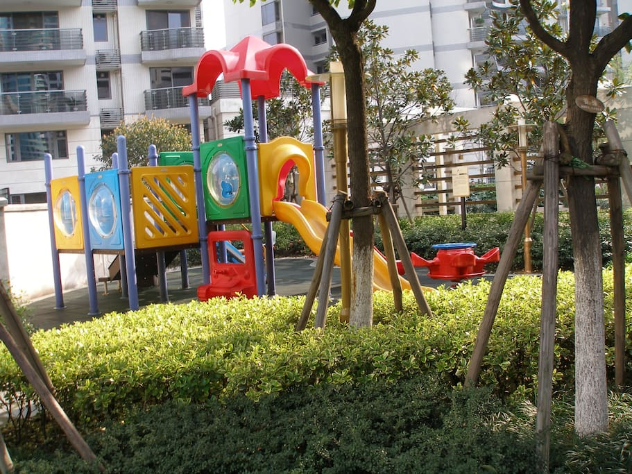 One of two children's playgrounds inside the complex. 小区里面的两个游乐场之一。