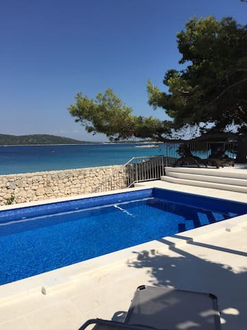 Beautiful seafront villa, with a large pool, quiet - Sevid - Villa