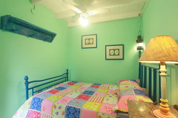 Pequeno quarto 5 acomoda uma pessoa