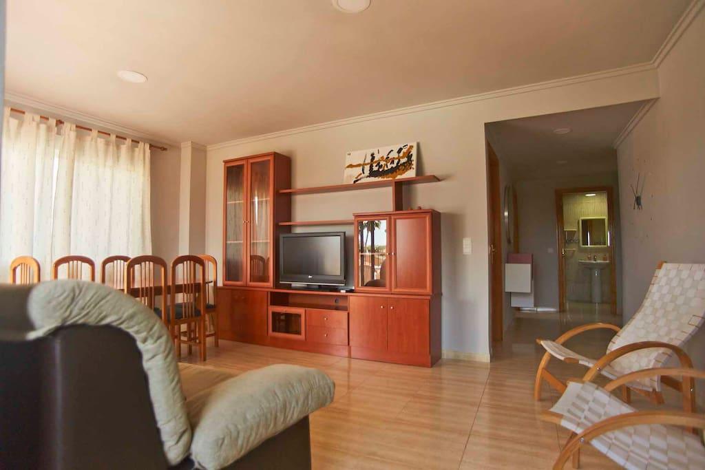 Salón comedor equipado con TV-HD. Living and dining room with HD-TV.