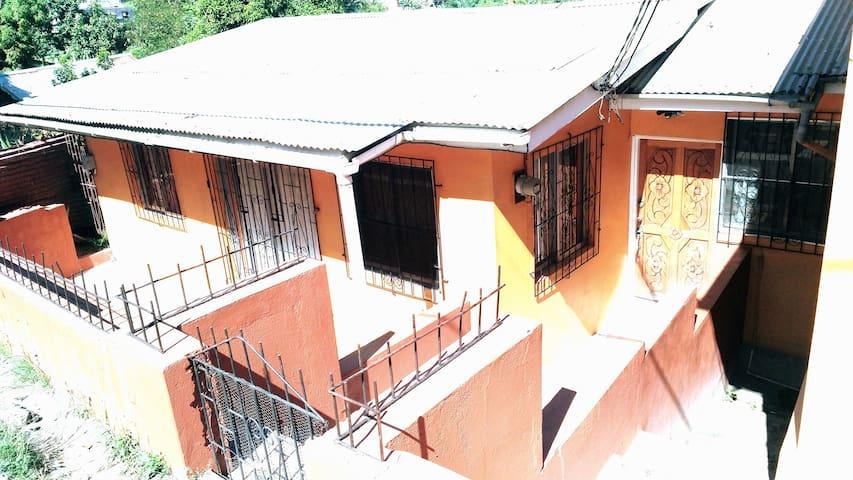 Dormir à L'aise 2 bedroom House (Balcony Room)