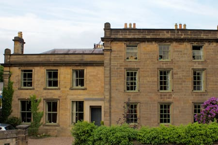 Private suite in historic house - Duffield - Casa