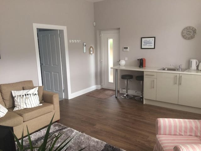 West End private apartment (free off road parking)