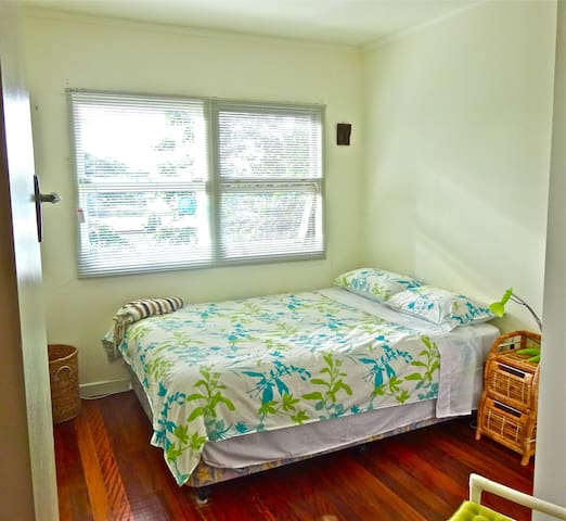 Clean and bright upstairs room - Mullumbimby - Bed & Breakfast