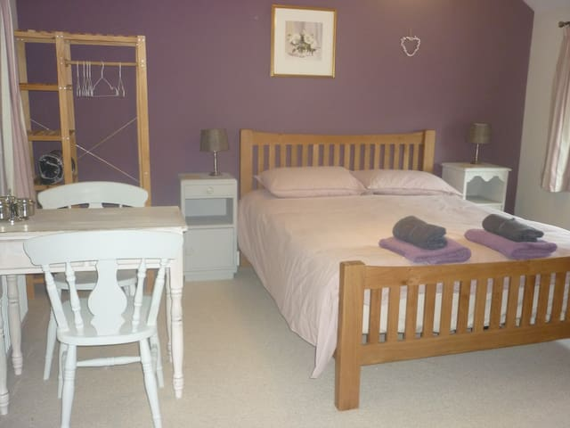 Private entrance, 1st floor room with King size bed & en-suite. Continental  breakfast supplied to eat at your leisure.[Cereals, toast, fruit yogurt , fruit juice. Tea coffee making facilities.] We also have a ground floor double room sleeps 2.