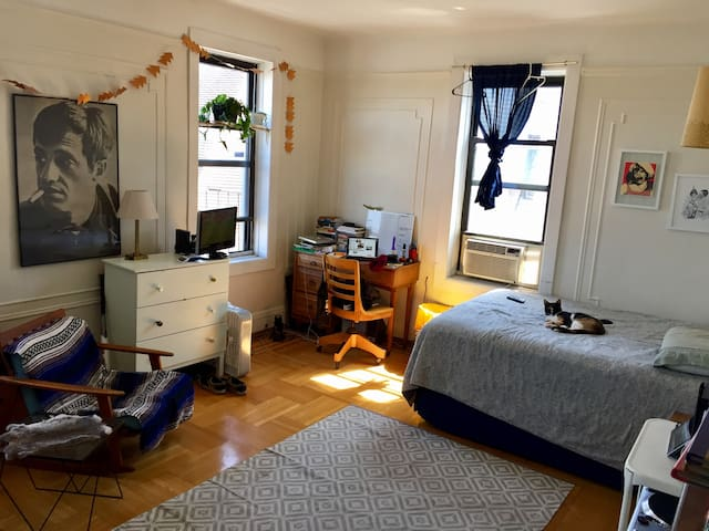 Quiet, 2-Bedroom Haven in hip Crown Heights