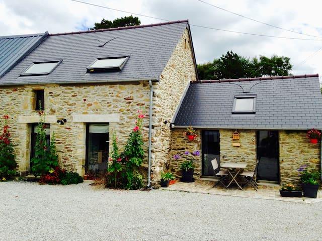 Petite maison en pierre au calme à la campagne.