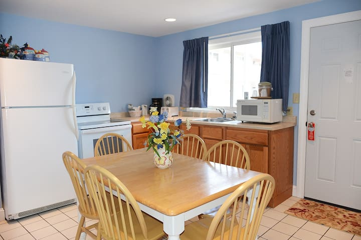Newly renovated 2 bedroom unit close to the beach!