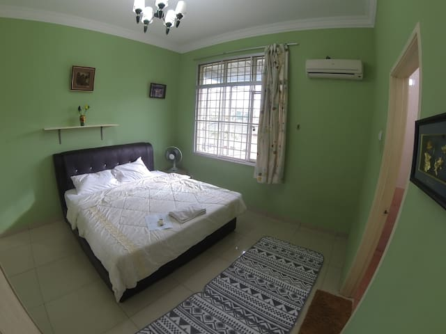 HOT! Cozy room near train station with fast wifi - Ampang - Hus