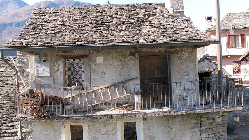 Typisches Tessiner Rustico Steinhaus