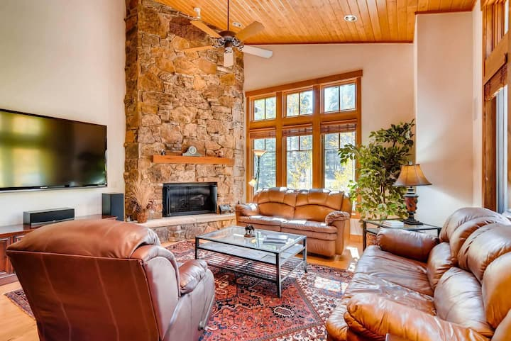 Gondola In/Gondola Out! Located in beautiful Shock Hill. Hot tub and fire pit!