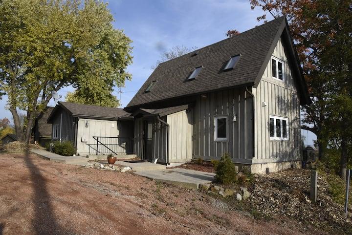 Oak Cottage near the Bruce Trail