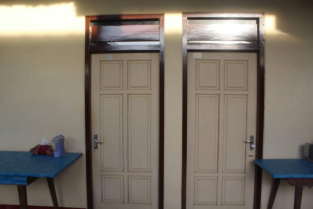 2 kamar di depan bagian luar