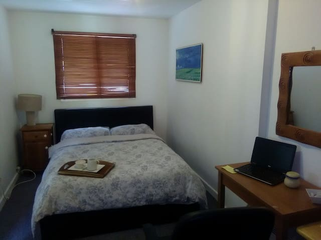 Spacious secluded Double bedroom with WiFi