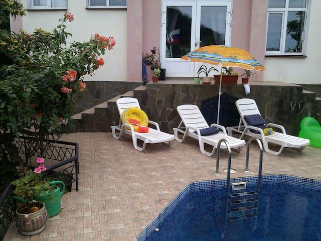 Солнечная комната с бассейном и паркокой - Sochi