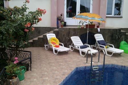 Солнечная комната с бассейном и паркокой - Sotši - Talo