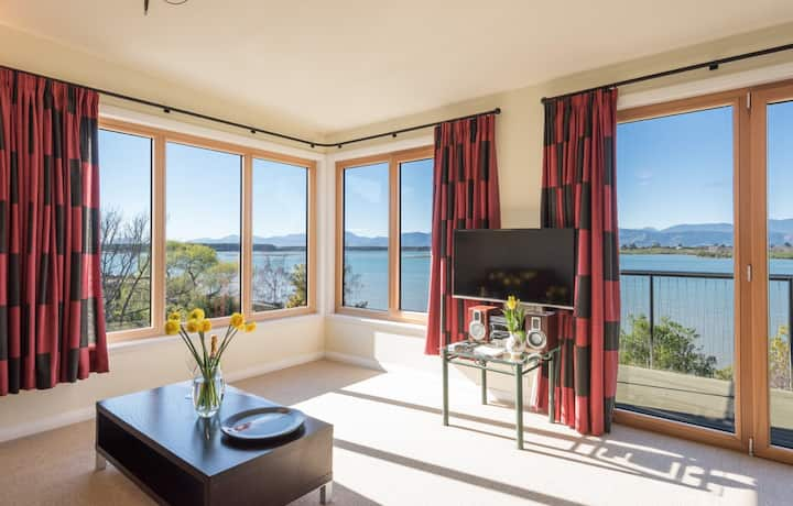 Applewood , Suite, amazing  estuary views, aircon