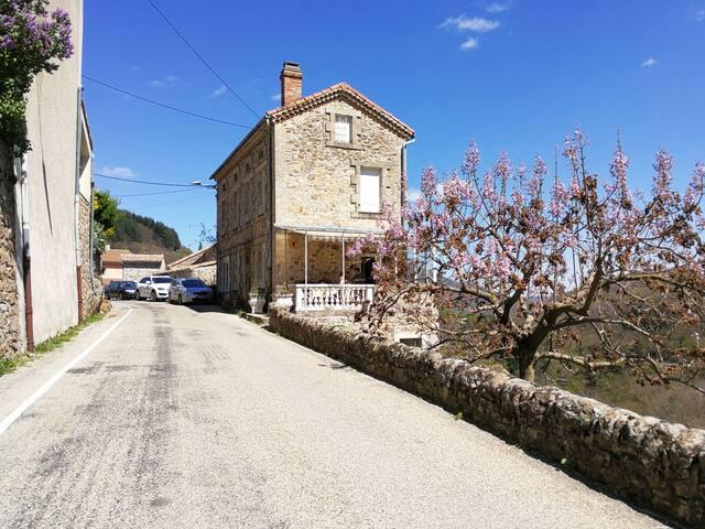 Jolie maison de village en Ardèche - Saint-Julien-du-Gua - Hus