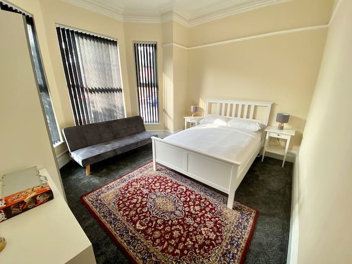 Homely, Comfortable and Superbly Located Studio!