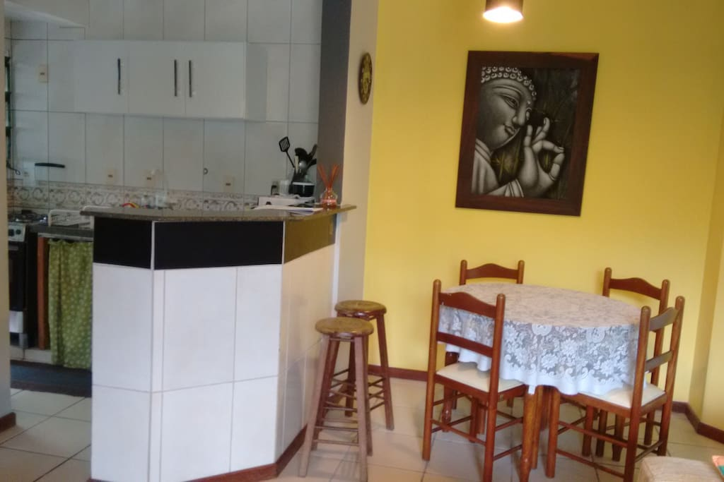 bancada e mesa da cozinha